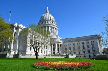 Wisconsin_State_Capitol_Building_during_Tulip_Festival.jpg